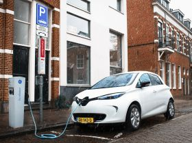 • Renault has signed a letter of intent with the Dutch Utrecht City Council, ElaadNL and LomboXnet on Smart Solar Charging for electric vehicles. • The signature took place during the state visit to Paris of King Willem-Alexander and Queen Máxima of the Netherlands, under the schedule of Franco-Dutch Economic Year 2015-2016.